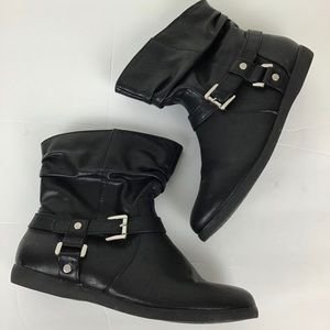 Cute ankle boots with silver buckle accents in 7.5